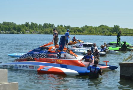 Hydroplane racing splashes through Long Sault